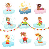 Niños pequeños preciosos y muchachas sentando en las nubes que juegan los juguetes, música que escucha, libro de lectura, durmien Fotografía de archivo libre de regalías