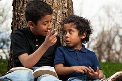 Niños pequeños que estudian la biblia imagen de archivo libre de regalías