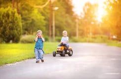 Niños pequeños que juegan afuera Imagenes de archivo