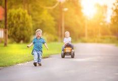 Niños pequeños que juegan afuera Foto de archivo libre de regalías