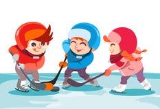 Niños pequeños y muchacha que juegan a hockey en pista de hielo en parque Foto de archivo libre de regalías