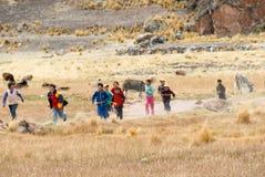 Niños peruanos que corren, Perú Foto de archivo libre de regalías