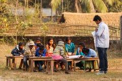 Niños pobres de enseñanza Imágenes de archivo libres de regalías