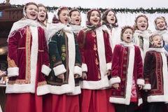 Niños polacos en canciones tradicionales de la Navidad del canto de la ropa Foto de archivo libre de regalías