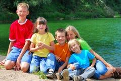 Niños por el lago Imágenes de archivo libres de regalías