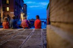 Niños por la tarde en la puesta del sol en la calle de Venecia Imagen de archivo