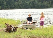 Niños por un lago Fotos de archivo