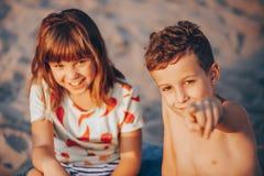 Niños positivos felices que juegan mientras que mira la cámara fotos de archivo libres de regalías