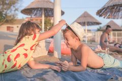 Niños positivos felices y el jugar con el sombrero foto de archivo libre de regalías