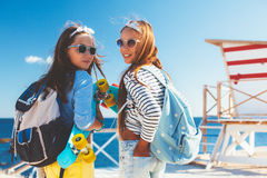 Niños pre adolescentes con los monopatines Imagen de archivo