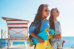 Niños pre adolescentes con los monopatines Imágenes de archivo libres de regalías