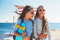 Niños pre adolescentes con los monopatines Foto de archivo libre de regalías