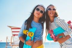 Niños pre adolescentes con los monopatines Fotos de archivo libres de regalías