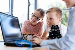 Niños preciosos que comprueban hacia fuera nuevo software Foto de archivo