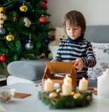 Niños preescolares adorables, hermanos del muchacho, adornando gingerbrea Fotos de archivo libres de regalías