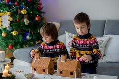 Niños preescolares adorables, hermanos del muchacho, adornando gingerbrea Fotografía de archivo