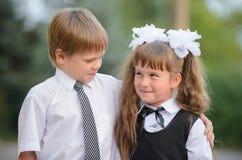 Niños preescolares un muchacho y una muchacha fotografía de archivo