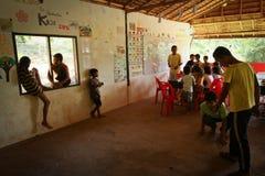 Niños privados ayuda con la educación Foto de archivo libre de regalías