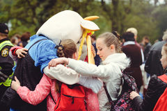Niños que abrazan en la calle imagen de archivo