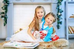 Niños que abrazan y felices Año Nuevo del concepto, Feliz Navidad, h Imagen de archivo libre de regalías