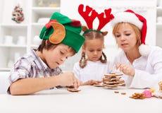 Niños que adornan las galletas del pan de jengibre fotografía de archivo