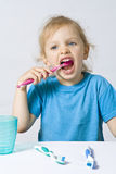 Niños que aplican los dientes con brocha imagenes de archivo