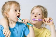 Niños que aplican los dientes con brocha fotografía de archivo libre de regalías