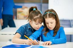 Niños que aprenden en la escuela primaria Fotografía de archivo