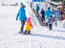 Niños que aprenden esquiar en el parque olímpico de Canadá Fotografía de archivo libre de regalías