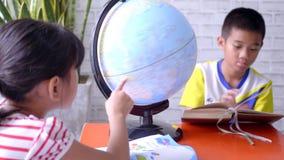 Niños que aprenden sobre la geografía metrajes