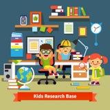Niños que aprenden y que hacen proyectos en su sitio Imagen de archivo
