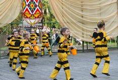 Niños que bailan en abeja del traje Fotos de archivo libres de regalías