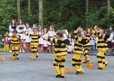 Niños que bailan en abeja del traje Imagen de archivo libre de regalías
