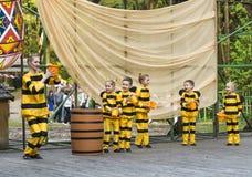 Niños que bailan en abeja del traje Imágenes de archivo libres de regalías
