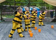 Niños que bailan en abeja del traje Fotografía de archivo libre de regalías
