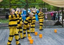 Niños que bailan en abeja del traje Fotos de archivo