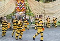 Niños que bailan en abeja del traje Imagenes de archivo