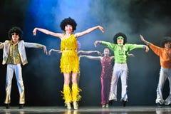 Niños que bailan en etapa Imágenes de archivo libres de regalías