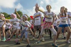Niños que bailan en grupo Imagen de archivo
