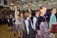 Niños que bailan en la competencia de la danza Imagenes de archivo