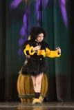 Niños que bailan en trajes de la abeja Imagen de archivo libre de regalías
