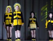 Niños que bailan en trajes de la abeja Foto de archivo libre de regalías