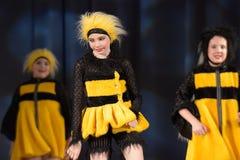 Niños que bailan en trajes de la abeja Imágenes de archivo libres de regalías