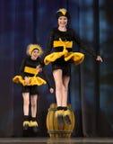 Niños que bailan en trajes de la abeja Foto de archivo