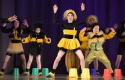 Niños que bailan en trajes de la abeja Fotografía de archivo libre de regalías