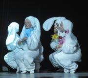 Niños que bailan en trajes del conejito Imagen de archivo libre de regalías