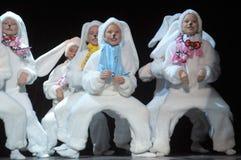 Niños que bailan en trajes del conejito Fotos de archivo