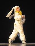 Niños que bailan en trajes del conejito Foto de archivo libre de regalías