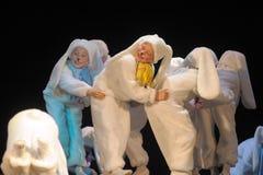 Niños que bailan en trajes del conejito Imagen de archivo