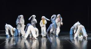 Niños que bailan en trajes del conejito Fotografía de archivo